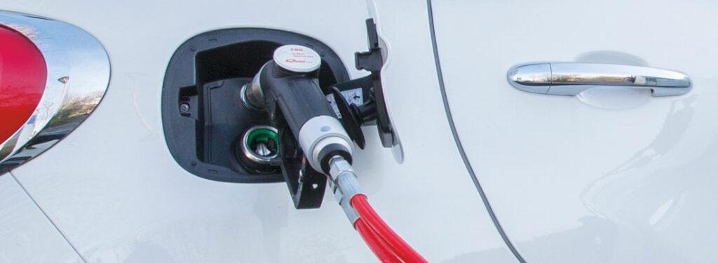 véhicule gaz naturel GNV en recharge
